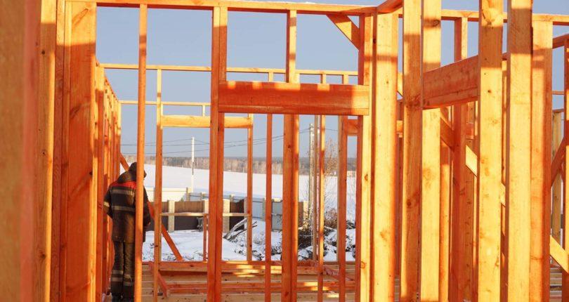 Монтаж вертикальных стоек каркасного дома