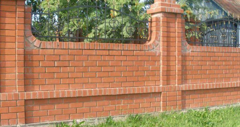 Кирпичный забор на собственной даче