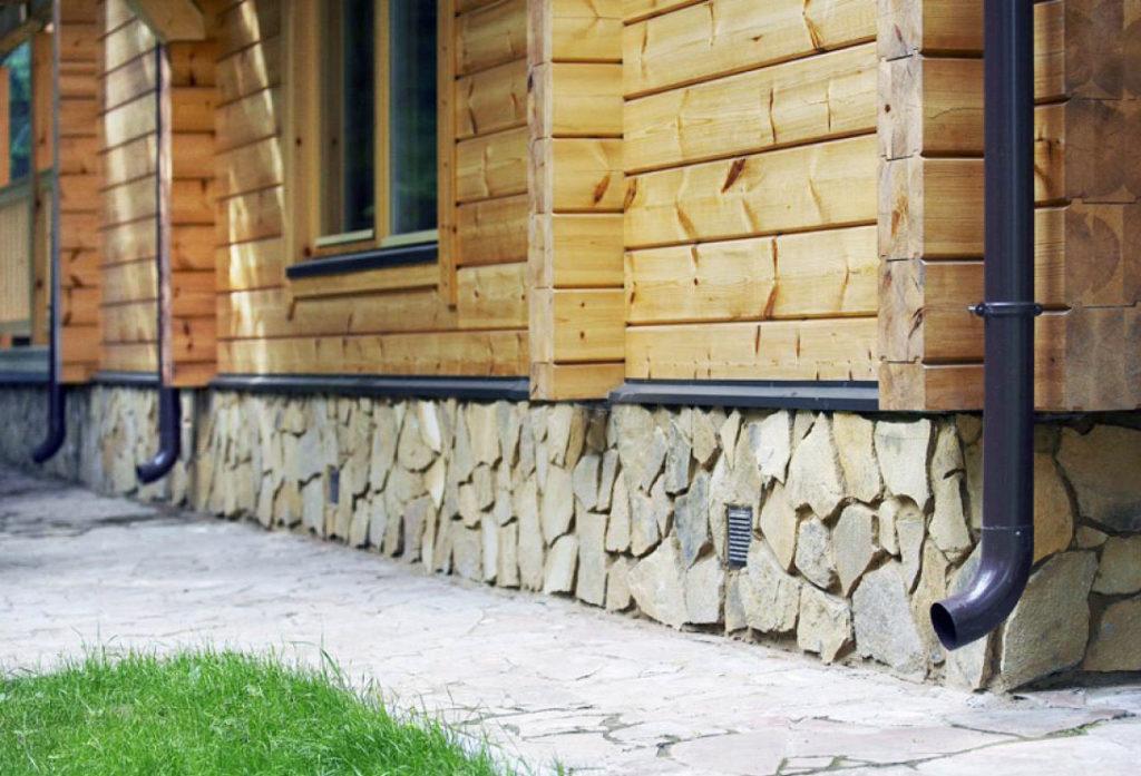 Дом с облицованным цоколем