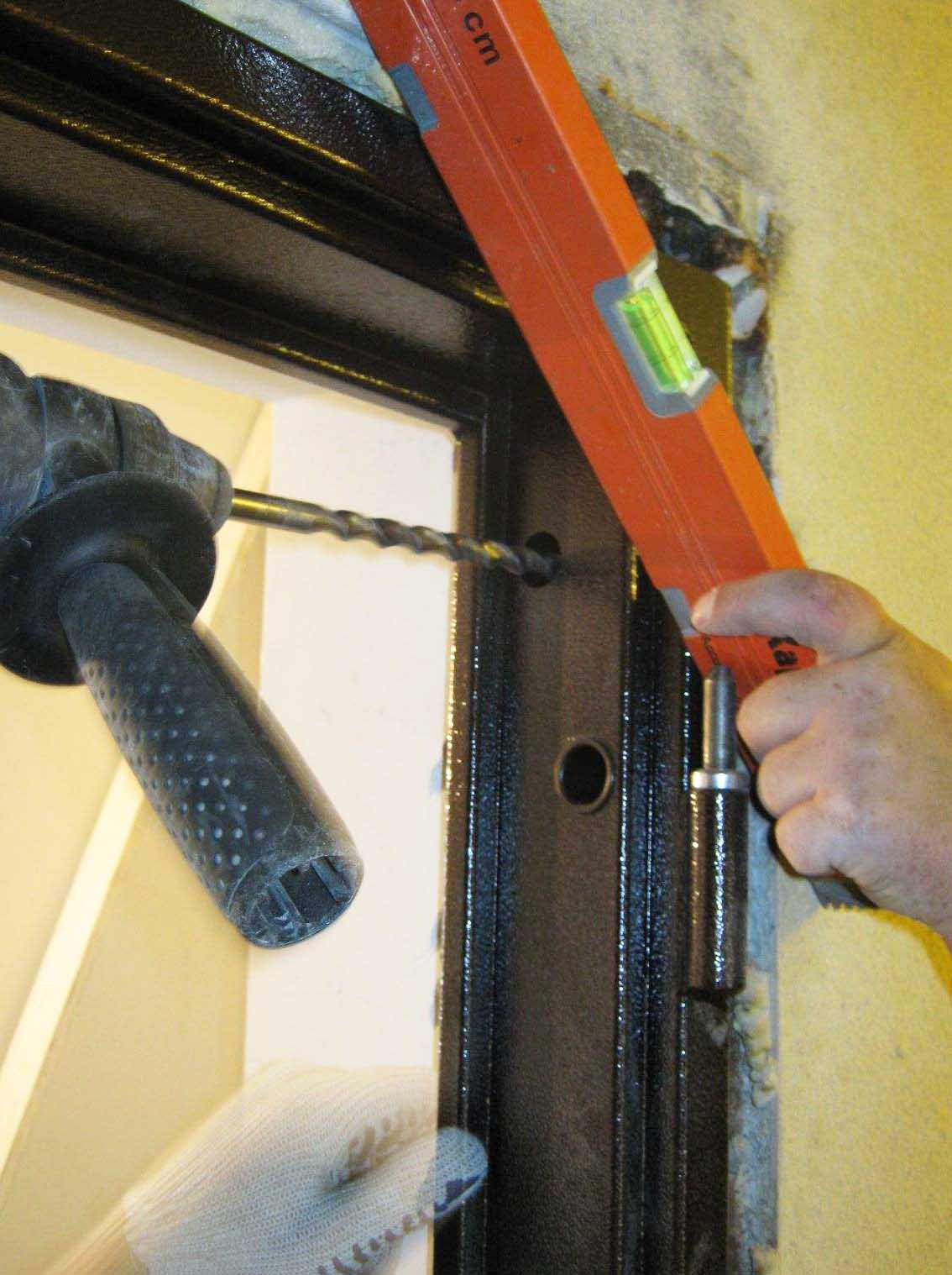 установка входной металлической двери по области