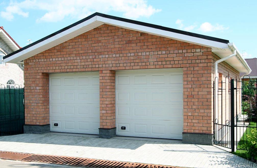 Эстетически привлекательный кирпичный гараж