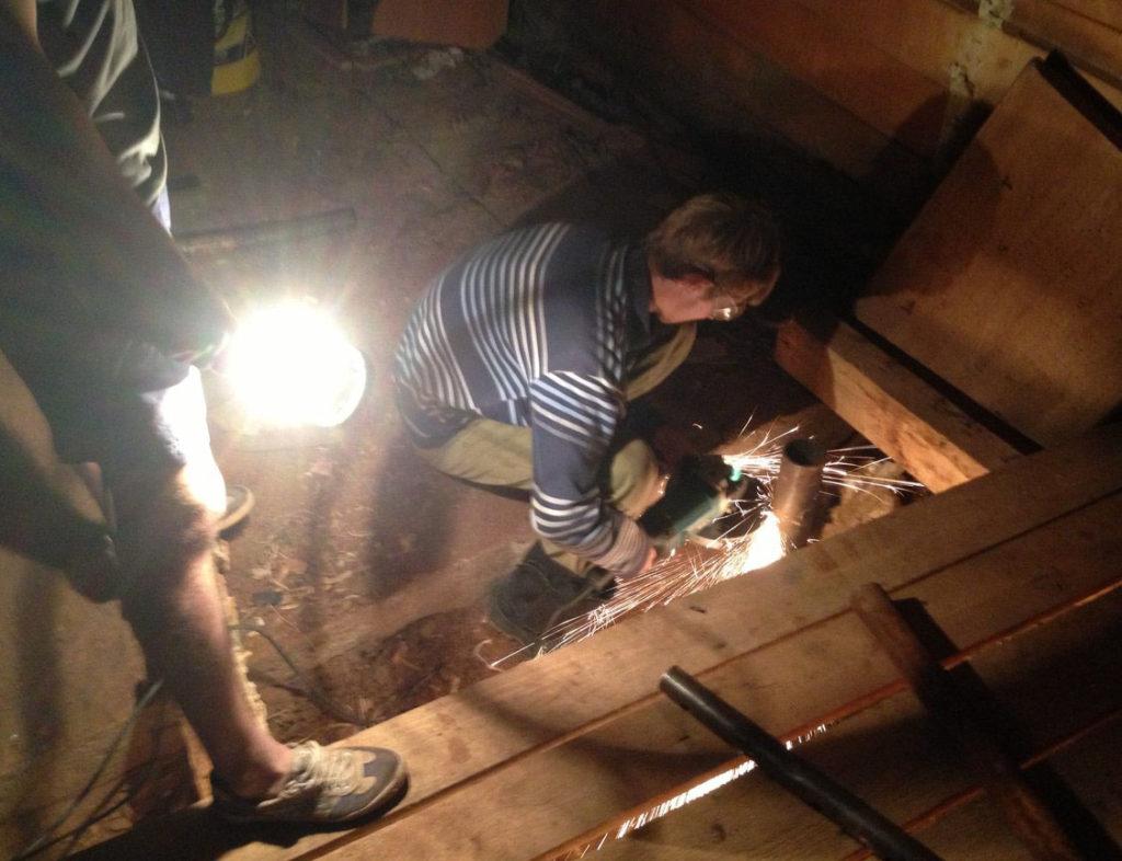 Обрезка сваи, вкрученной внутри дома