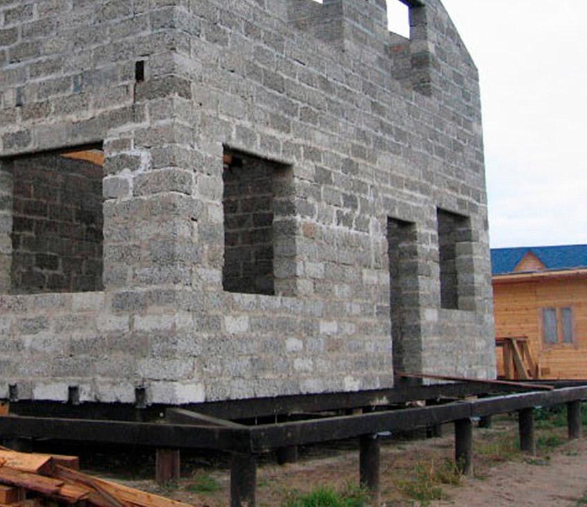 Пеноблочный дом на винтовых сваях