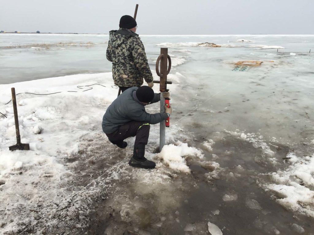 По льду заворачивать сваи проще